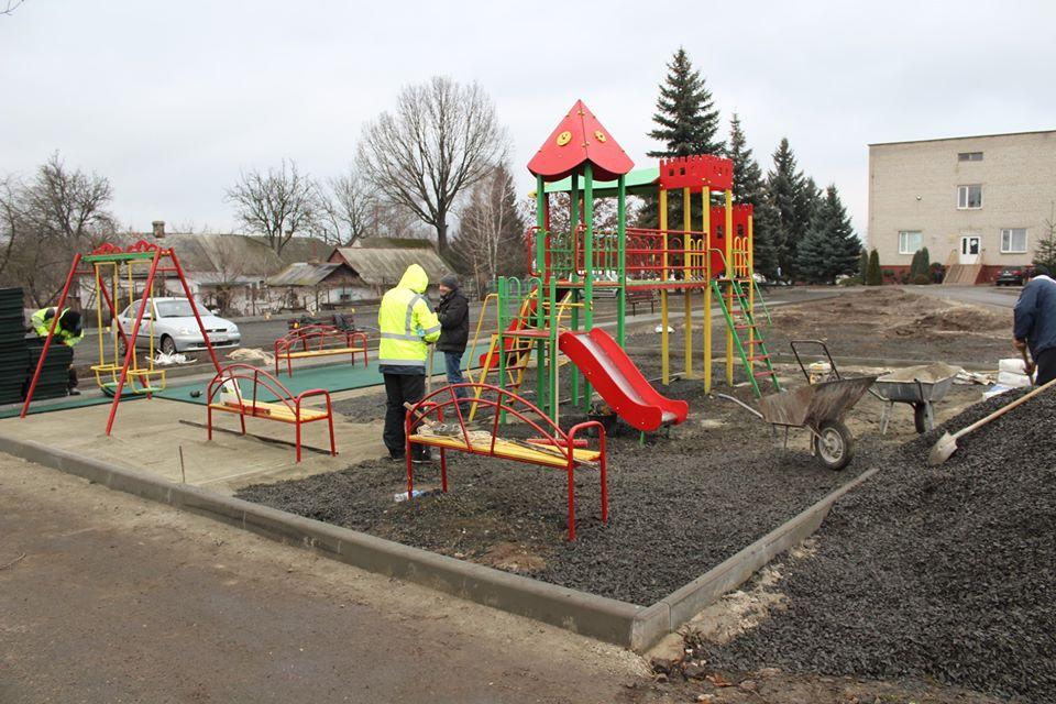 Біля нової дитячої поліклініки у Ковелі завершують будівництво ігрового майданчика