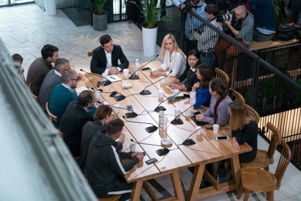 """""""Нехай вся Україна зачекає"""": таємнича жінка зірвала конференцію Зеленського"""