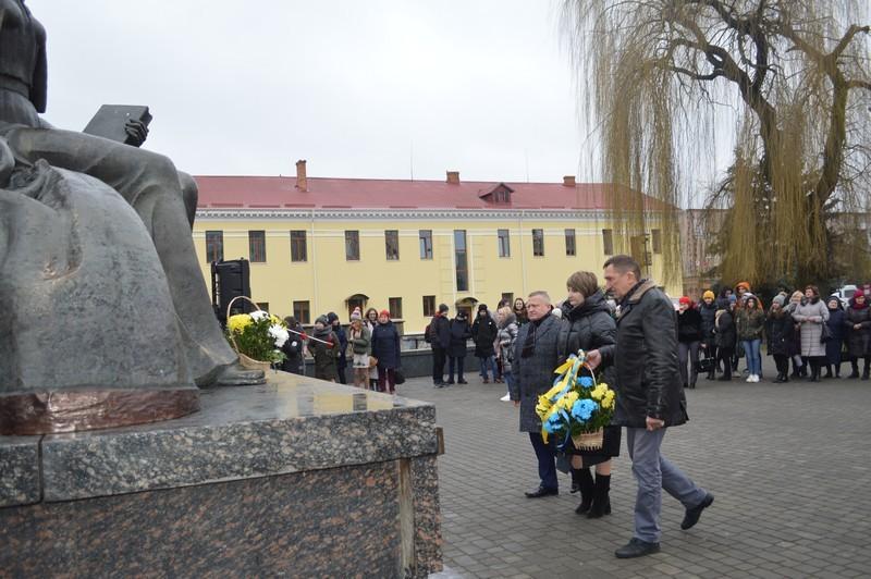 Сьогодні ковельчани поклали квіти до пам'ятника Лесі Українки та декламували твори видатної землячки. ФОТО