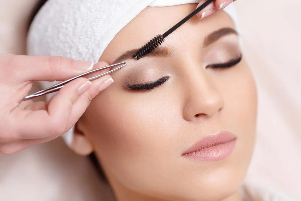 Що вибрати для фарбування брів — хну чи фарбу, поради бровиста