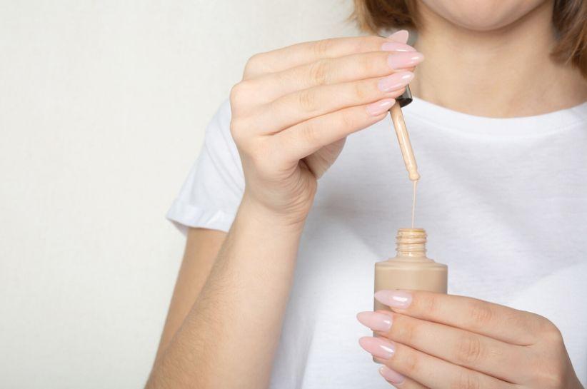 Як уникнути забруднень на одязі від тонального крему — поради візажистів